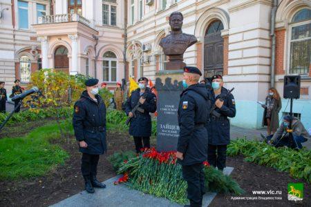 Бюст легендарного снайпера Героя Советского Союза Василия Зайцева открыли сегодня во Владивостоке