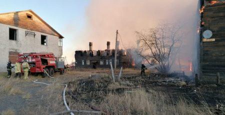 Спасать охваченное огнём село Пахачи на Камчатке прилетели на вертолёте Ми-8 пожарные